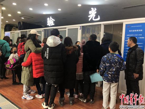 1月15日,家长带着孩子在中国中医科学院眼科医院排队等待验光检查。中青报·中青网记者张曼玉/摄