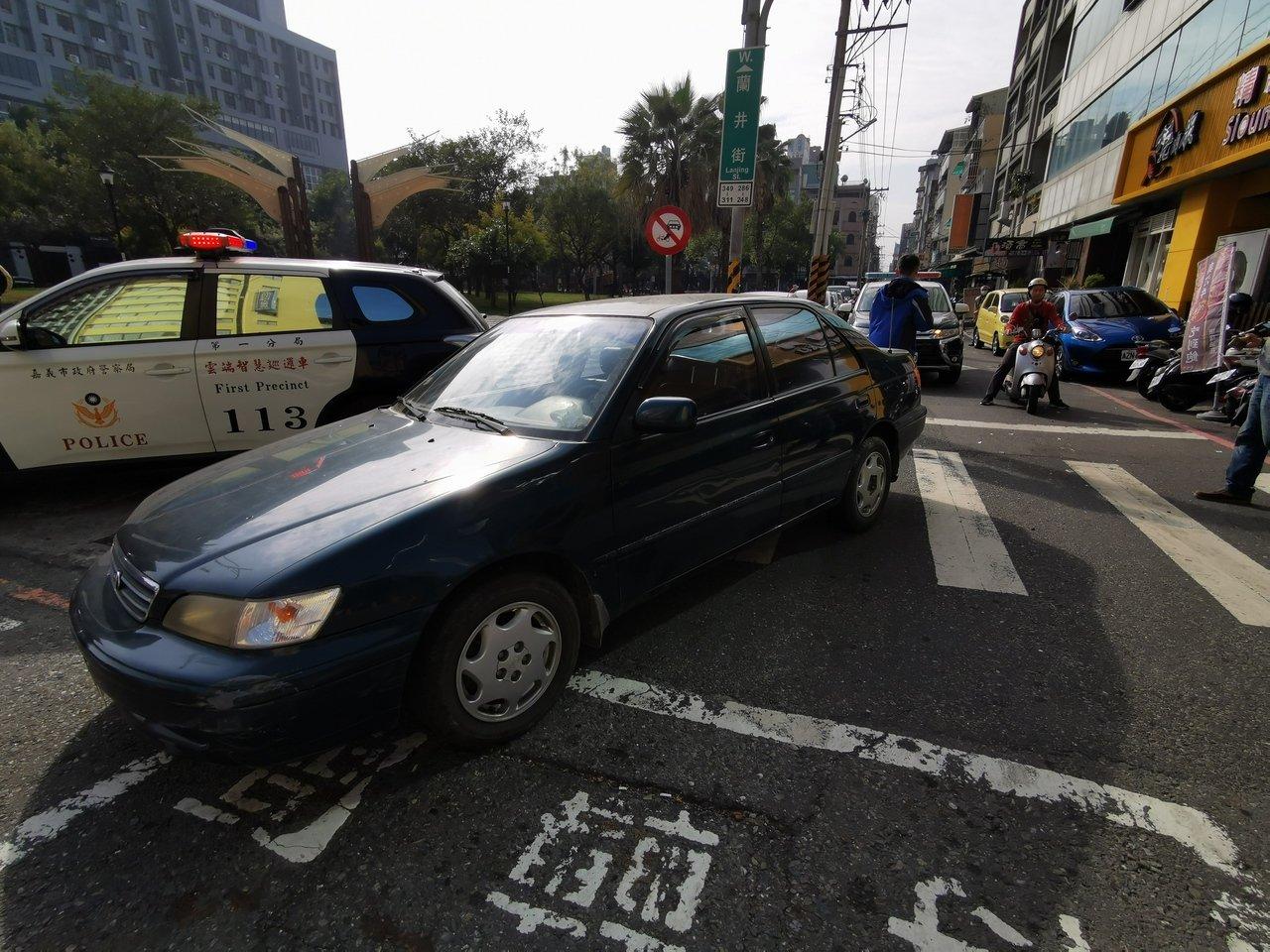 台湾街头通缉犯驾车冲撞警车逃逸 警方开6枪