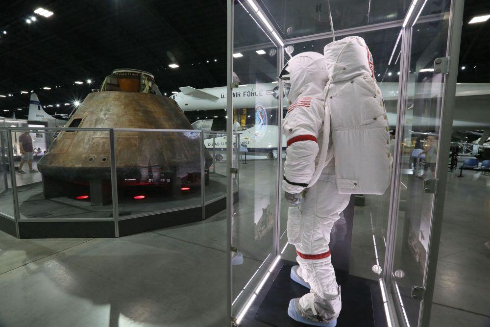 资料照片:阿姆斯特朗等宇航员登陆月球使用的设备陈列在美国俄亥俄州代顿美国空军国家博物馆太空馆。新华社记者张凤国摄