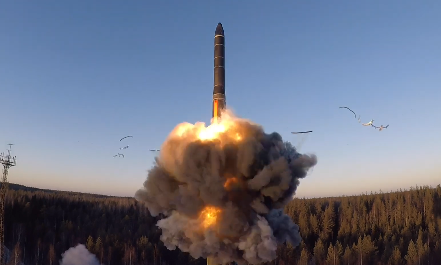 """俄军突然亮出""""核大棒""""?同时从海陆空发射洲际导弹"""