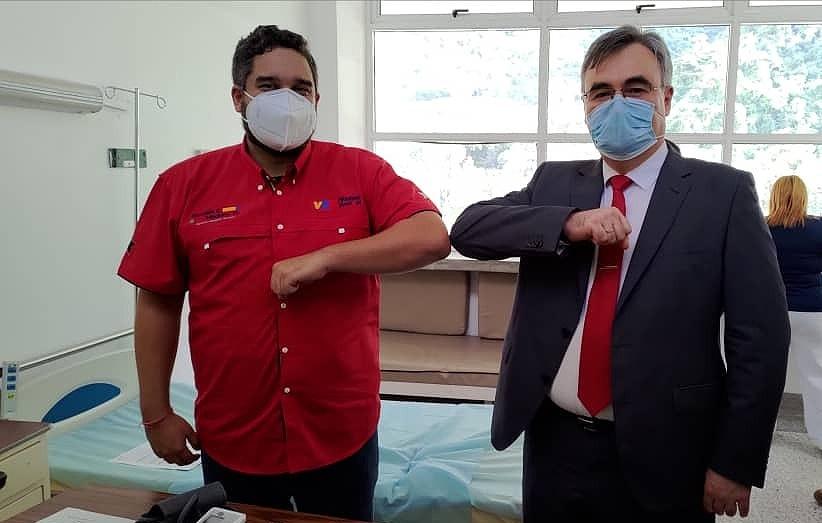 马杜罗儿子接种俄产新冠疫苗 与俄大使开心击肘