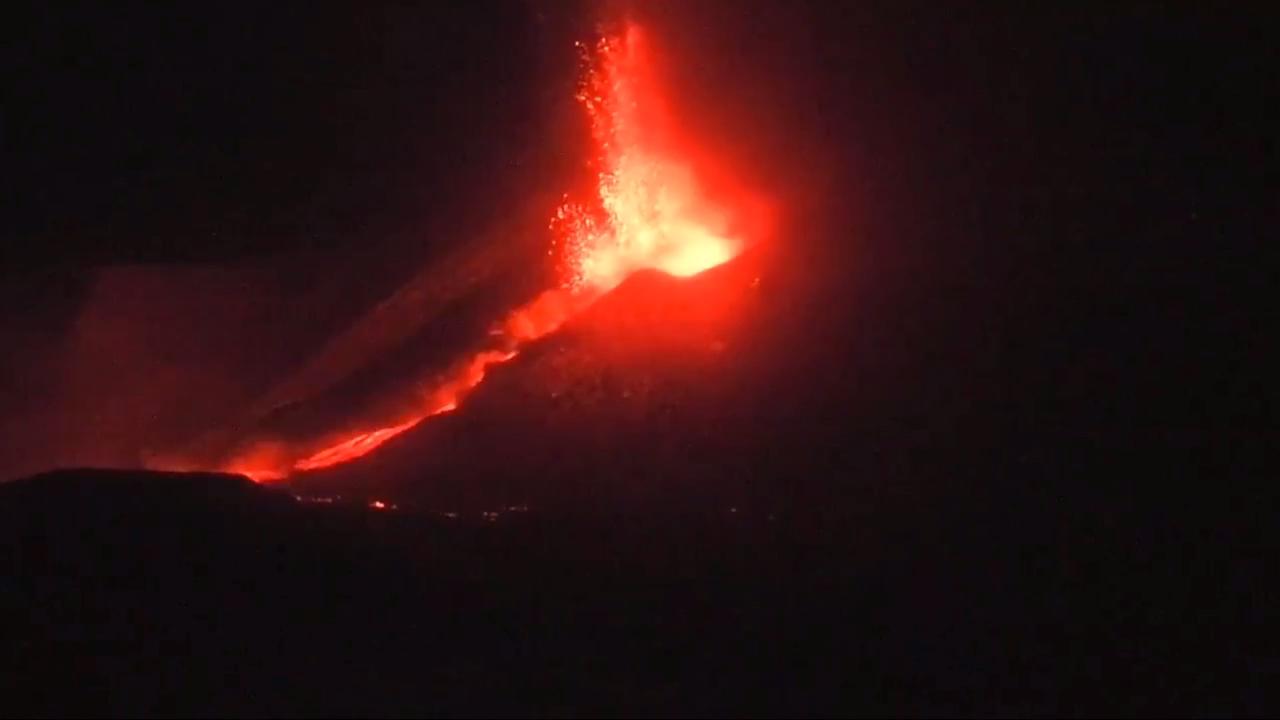意大利埃特纳火山喷发 临近城镇降下火山灰