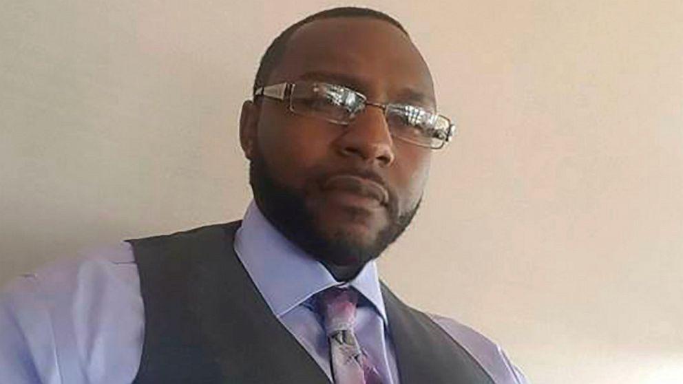 美国非裔男子遭警察故意开车碾压 致下半身受重伤