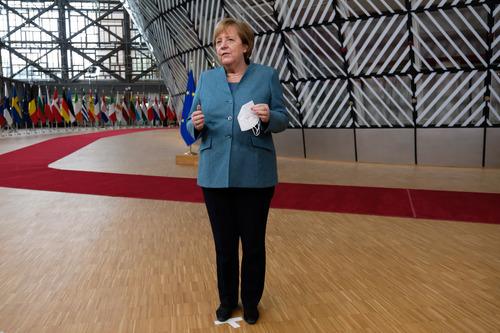 12月10日,德国总理默克尔抵达比利时布鲁塞尔的欧盟总部,准备出席欧盟冬季峰会。新华社发(欧盟供图)