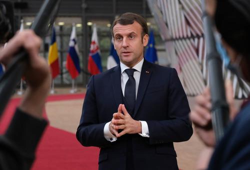 12月10日,法国总统马克龙抵达比利时布鲁塞尔的欧盟总部,准备出席欧盟冬季峰会。新华社发(欧盟供图)