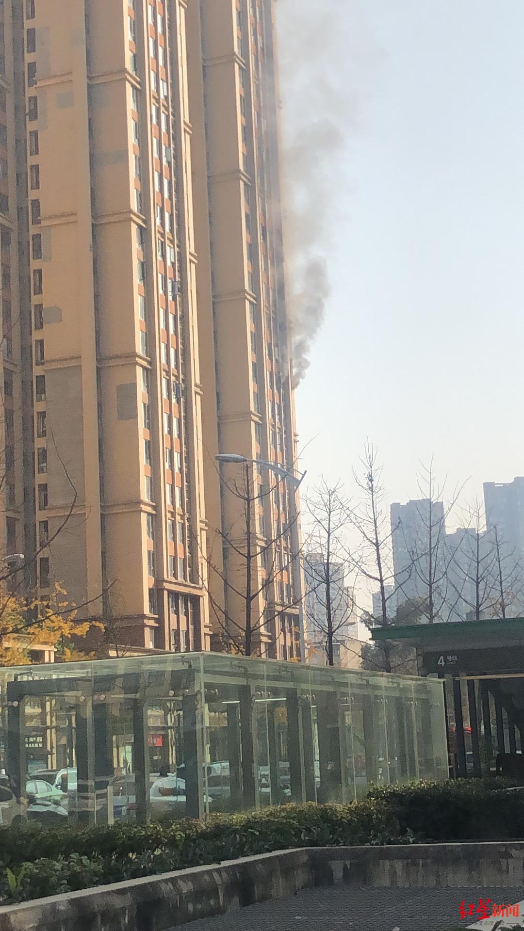 ↑楼栋冒出暗烟。图据受访者