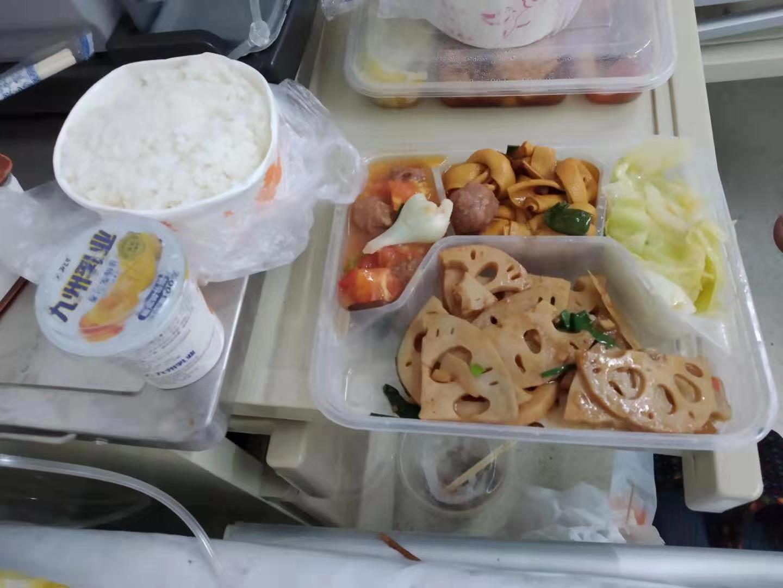 王燕向记者提供王伟拍摄的武汉市金银潭医院伙食照片(改善后)