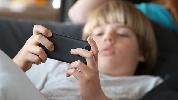 """11岁孩子玩游戏玩成了""""斗鸡眼"""",寒假来了,孩子们玩手机平板悠着点"""