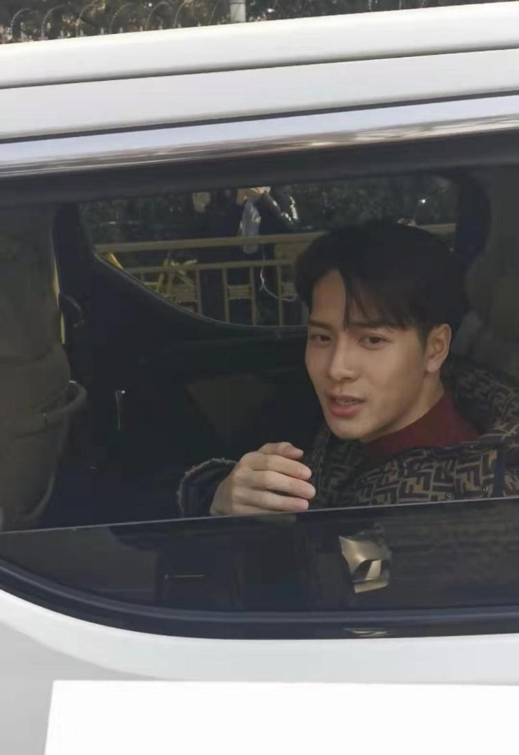 王嘉尔现身央视春晚第五次联排  潮流帅气状态满分