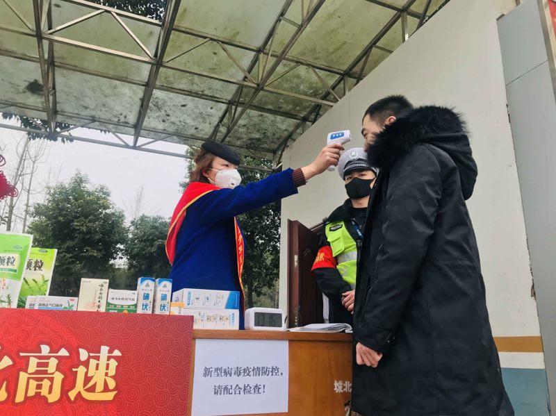 武汉方向来蓉列车航班设专用通道,每位旅客体温检测