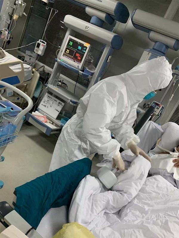 武汉市第一医院医护人员治疗重症患者。