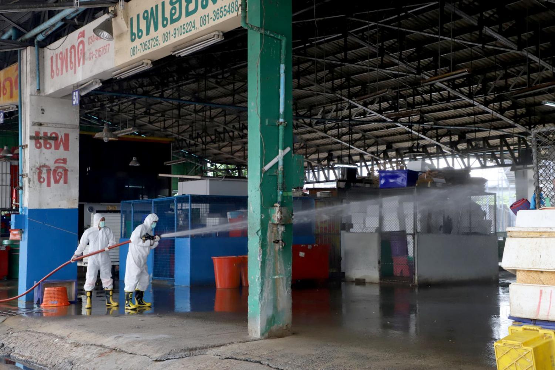 正在进走消毒的泰国玛哈猜海鲜市场(法新社)
