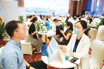 今年8月,海南省2020年首批面向全球雇用3万岗位人才现场对接会暨2020年海南省民营企业专场雇用会在海口举走,吸引多多求职者前来答聘。张 茂(人民视觉)