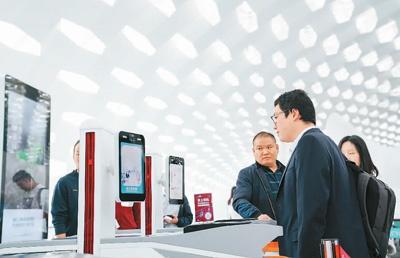 """旅客在深圳机场""""刷脸""""登机。   新华社记者 毛思倩摄"""