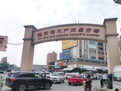 1月22日中午,佛山海宝湾水产市场进出车流人员密集,包括店主在内,大部分未戴口罩。A08-A09版摄影/新京报记者 刘浩南