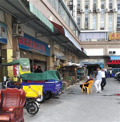 """海宝湾水产市场内,多家私售""""野味""""的店铺表面上为水产店铺。"""
