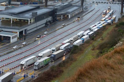 2月1日,在英国东南部城市多佛,车辆驶入多佛港,准备搭乘渡轮驶向欧洲大陆。多佛是英国距离欧洲大陆最近的港口城市。新华社发(雷伊·唐摄)