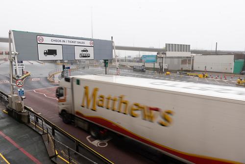 1月31日,在英国东南部城市多佛,车辆驶入多佛港准备出关离开英国。新华社发(雷伊·唐摄)