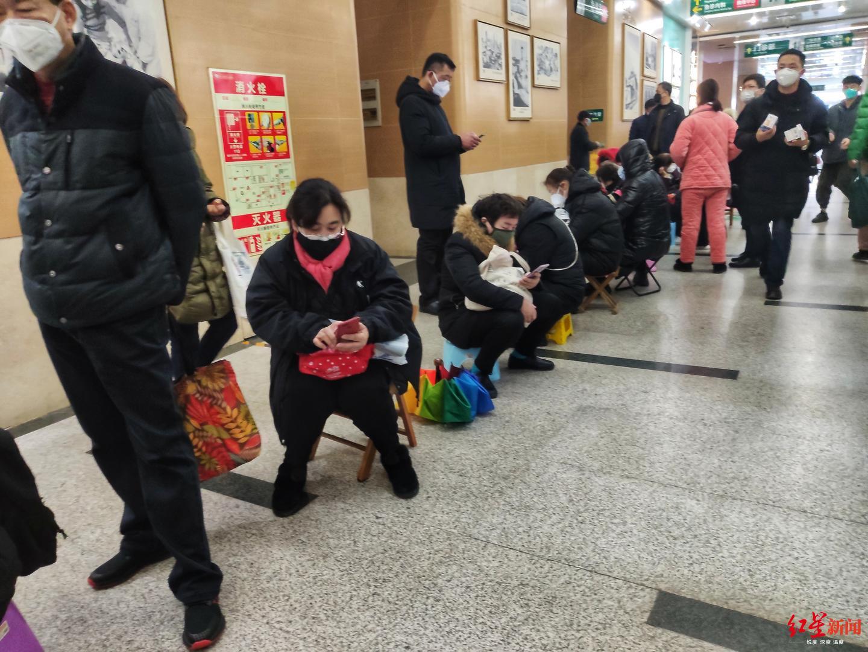 ↑武汉市中心医院等待输液的病人和病人家属摄影:王效