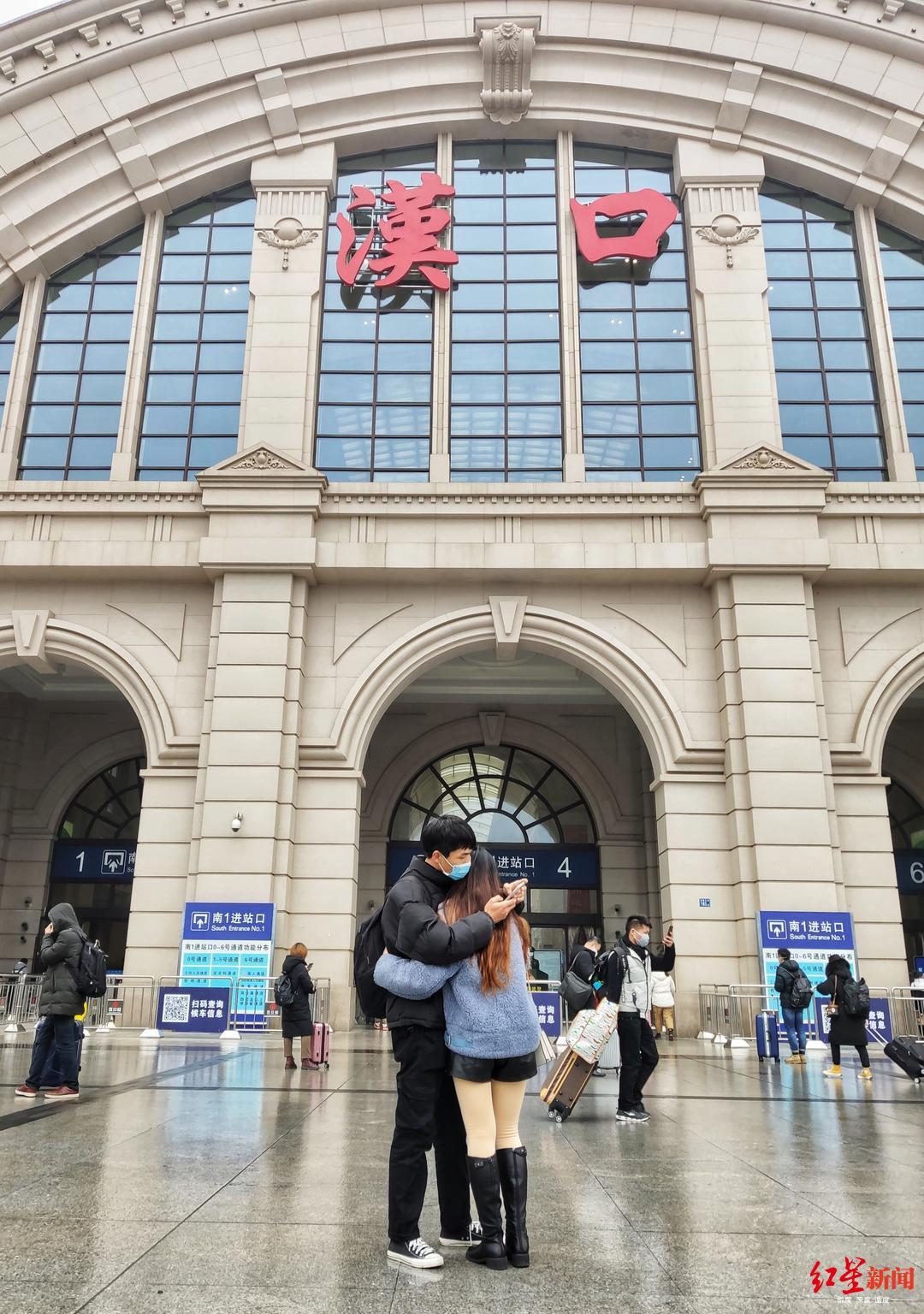 ↑武汉汉口火车站一对戴口罩情侣摄影王效