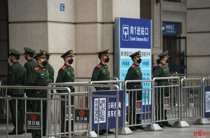 ↑武警官兵在已关闭的汉口火车站执勤摄影:王效