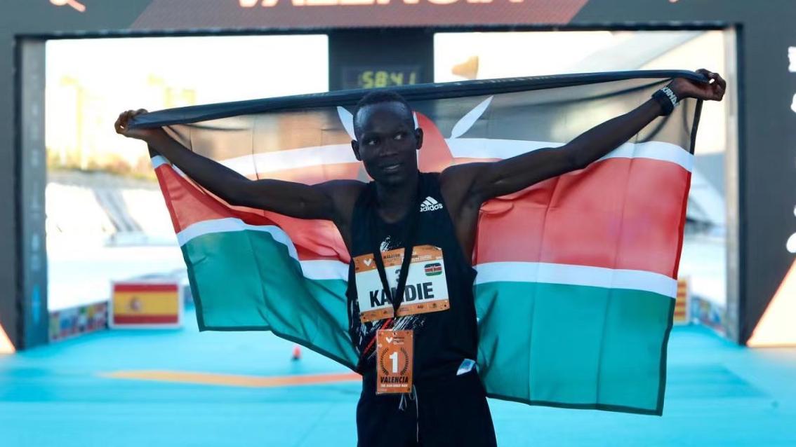 肯尼亚选手以57分32秒打破半程马拉松世界纪录