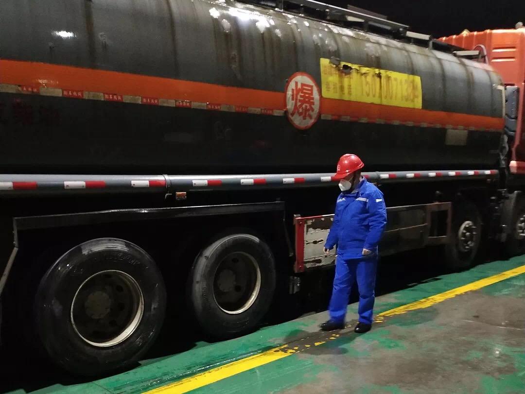 公路接卸员深夜巡检作业中油罐车,一辆辆油罐车将满载汽柴油发往片区各加油站▲
