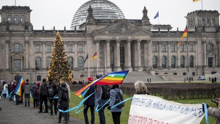 德國柏林數百民眾抗議德國不斷增加的軍費開支