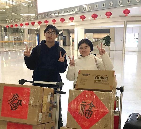 傅佳顺和搭档在上海虹桥机场动身前留影。