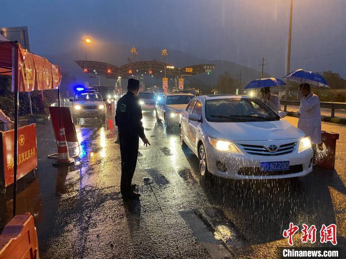 广东在全省公路省界竖立说相符检疫站。 林楚忠 摄