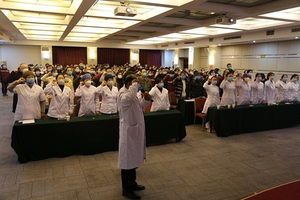 1月27日,在武汉市蔡甸区实走新式冠状病毒感染的肺热疫情声援义务的辽宁省医疗队,成立暂时党支部,通盘医护人员向党旗郑重宣誓,坚决打赢新冠肺热阻击战。