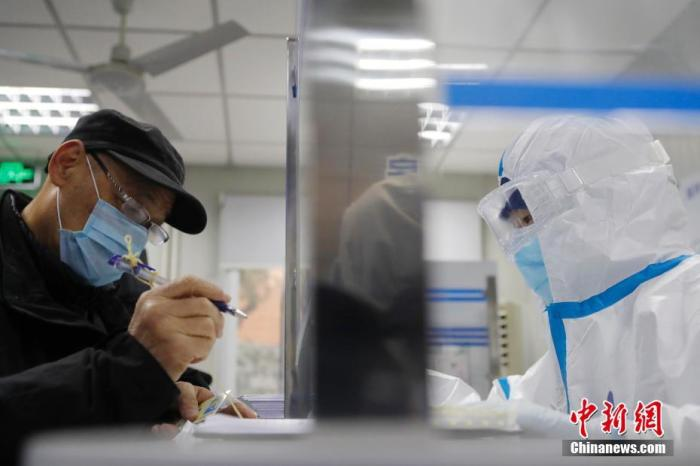 上海发热门诊坦然有序。中新社记者 殷立勤 摄