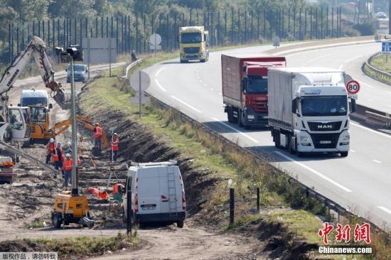 当地时间2016年9月21日,法国北部港口城市添莱修筑围墙,不准作恶侨民议定海底隧道前去英国。