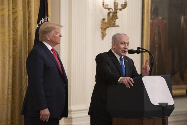 1月28日正规股票配资平台www.sfbrides.com,在美国华盛顿白宫,美国总统特朗普(左)与以色列总理内塔尼亚胡举行联合记者会。新华社 图