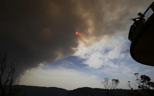资料图片:2019年12月21日,在澳大利亚新南威尔士州蓝山地区,山火燃烧升起浓烟。新华社记者 白雪飞 摄