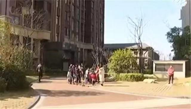 男童被母亲从9楼扔下身亡 其母欲自杀被丈夫拉回