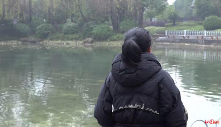 ↑田女士独自站在河边思念丈夫