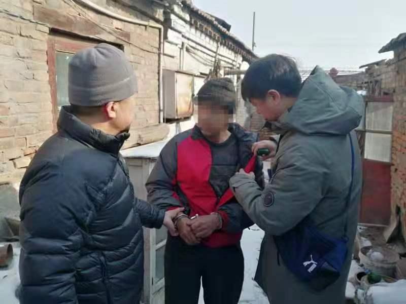 嫌疑人在暂住地被控制。警方供图