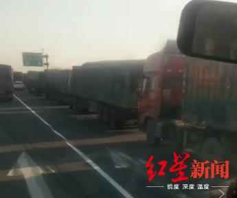 武汉金口高速收费站出口处出现货车排队拥堵现象(司机供图)