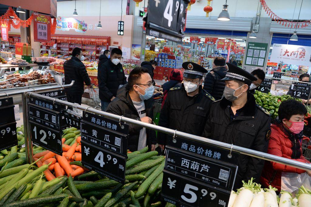 通州区市场监管局到超市检查物价上涨。通州区市场监管局供图
