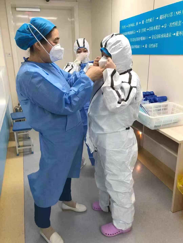青海省第四人民医院医务工作者做好进入病区防护工作