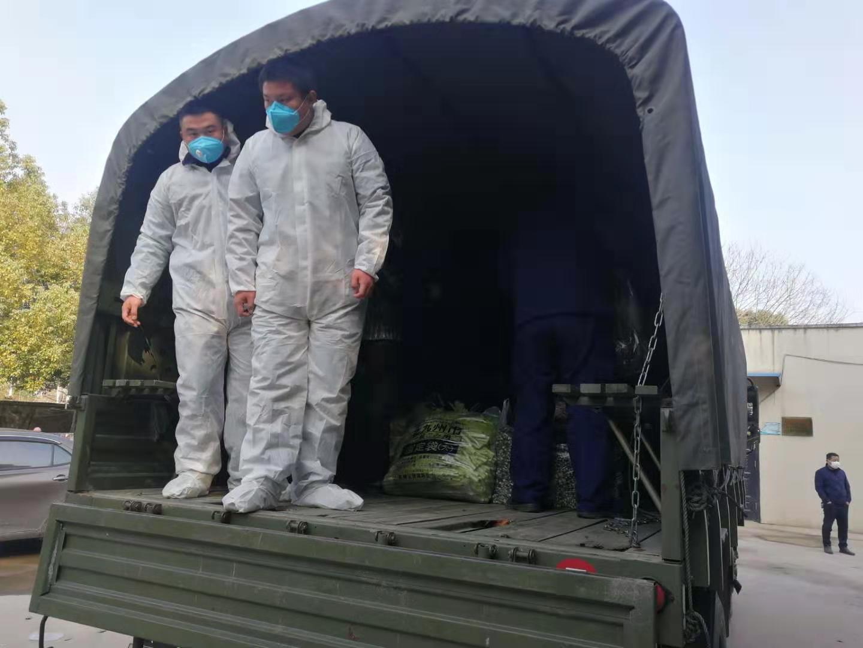 装卸蔬菜的工作人员穿有防护服。受访者供图