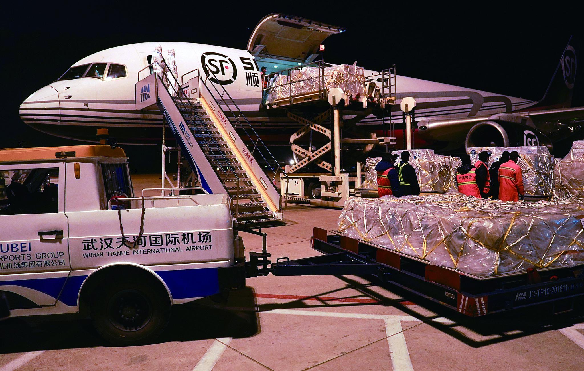 30日晚,卓尔公益基金会采购的5万套高级别医用防护服由货运专机从东京运抵武汉天河机场。