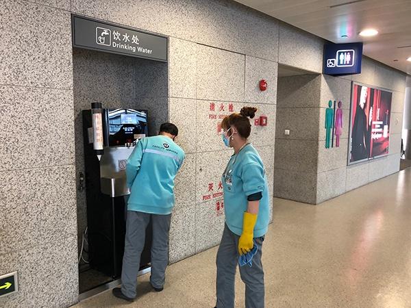 浦东机场2号航站楼抵达厅,保洁人员正在做消毒灭菌。汹涌新闻记者 李佳蔚 图