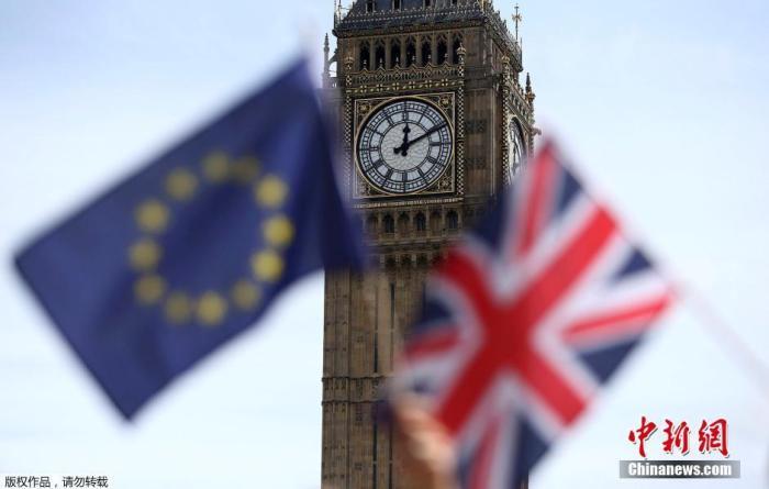 原料图:英国大本钟前挥舞的欧盟旗帜与英国国旗。