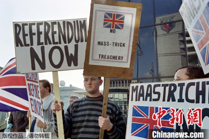 原料图:图为1992年10月16日,《马斯特里赫特条约》的英国抗议者。