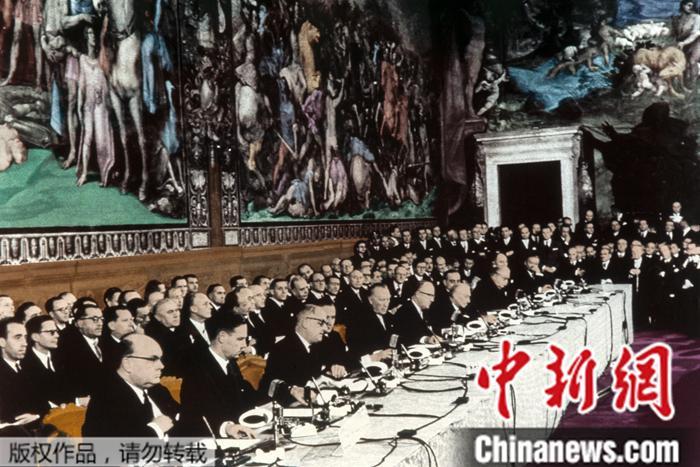 图为1957年3月25日,欧洲经济共同体六个创首成员国签署《罗马条约》的现场。