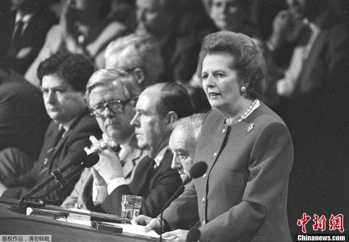 """原料图:图为1988年10月14日,英国""""铁娘子""""、前首相撒切尔夫人在英国伦敦的一个保守党大会上说话。"""