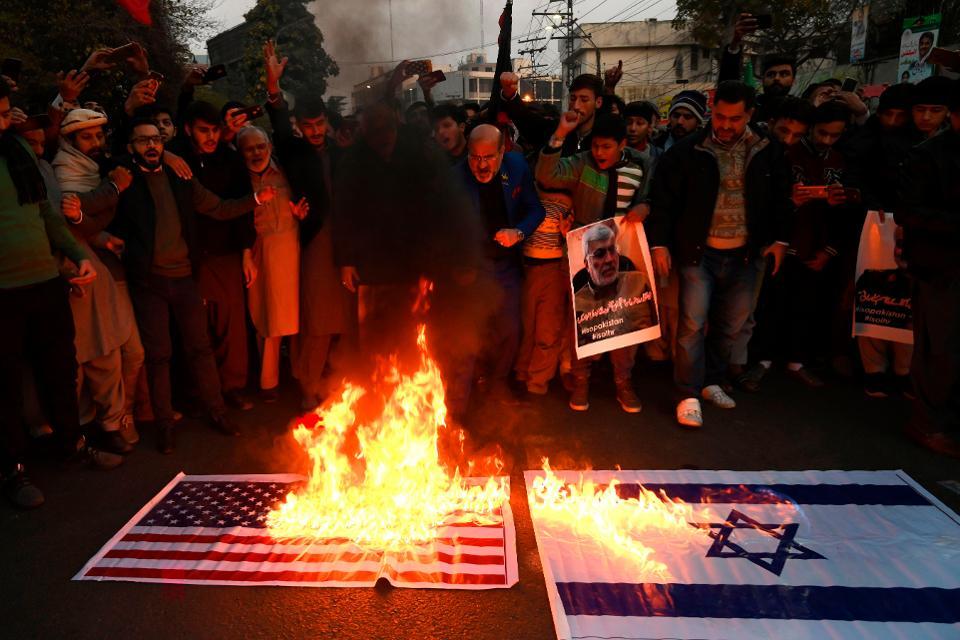 伊朗抗议活动中焚毁美国、以色列国旗 图:法新社