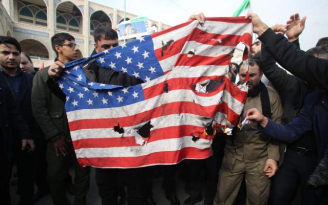 哀悼苏莱马尼 伊朗人焚烧美国国旗